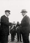 9367 Na de brandweerdemonstraties op het terrein van de NV Haven van Vlissingen wordt de heer C.J. Mommaas, lid van de ...