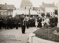 9577 Brandweercorpsen in Deinze in België. De commandant van de brandweer van Vlissingen legt een bloemstuk op het graf ...