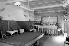 5573 Interieur café-restaurant Irene, Nieuwendijk 3 (hoek Sarazijnstraat) te Vlissingen. Eigenaar P. van der Beek