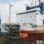 1747 Dock Express 20 (IMO 8125064, bouwjaar 1983) van Dockwise met boegschade