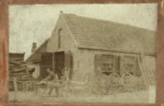 393b De wagenmakerij te Grijpskerke met Izaak Luteijn (met zaag) geboren Grijpskerke 16 maart 1863, overleden ...
