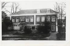 M 10677 Achterkant voormalig pand Visser thans uitbreiding stadhuis Ambtmanstraat. Geheel rechts de verbindingsgang ...