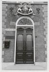 M 12031 Het kantoor van de jamfabriek De Betuwe aan de Grotebrugse Grintweg, de ingang met wapen