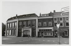 M 12050 De kruising Grotebrugse Grintweg, Hoveniersweg met het taxibedrijf Briene, kapsalon B. Jansen en de wijkwinkel