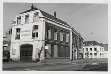 M 12051 De kruising Grotebrugse Grintweg, Hoveniersweg met het taxibedrijf Briene, kapsalon B. Jansen en de wijkwinkel