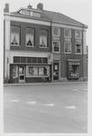 M 12052 De kruising Grotebrugse Grintweg, Hoveniersweg met de kapsalon B. Jansen en de wijkwinkel