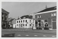M 12055 De kruising Grotebrugse Grintweg, Hoveniersweg met de verfwinkel Jan van Wijk en de Nieuwe Bak