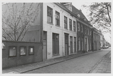 M 12072 De voorzijde van het gebouw Opwaarts aan de Sint-Walburgstraat