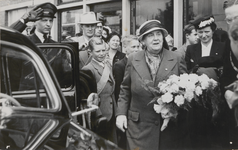 M 12100 Bezoek van Koningin Wilhelmina aan Tiel. Ze wordt opgewacht aan het Tielse station