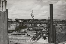 M 12104 De bouw van de sluizen voor het Amsterdam-Rijnkanaal bij Tiel vordert flink. Waar twee maanden geleden nog zand ...