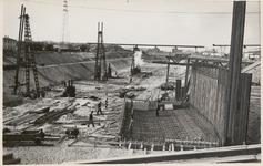 M 12105 Bij Tiel is men bezig met de bouw van sluizen voor het Amsterdam-Rijnkanaal. Door middel van een bronbemaling ...