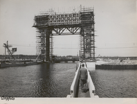 M 12112 Door de Rijkswaterstaat zijn de dijken rond de nieuwe voorhaven van de sluis in het Amsterdam-Rijnkanaal ...