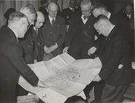 M 12124 De presentatie van het wederopbouwplan van de Tielse binnenstad door ir. Verschoor (met strikje) rechts ...