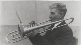 M 12144 Een bejaarde trombonist