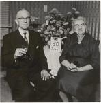 M 12145 Het echtpaar S.P.N.H. Veen en J. Veen-Knave uit Culemborg zijn 50 jaar getrouwd. Het echtpaar woonde vele jaren ...