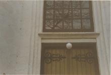0690-3940 Detail toegangsdeur met raam in de oost gevel voor de restauratie van 1993.