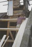0690-3963 Timmerman bezig met nieuw dakbeschot tijdens de restauratie van de kerk.