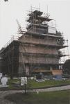 0690-3964 West gevel in de steigers tijdens de restauratie.