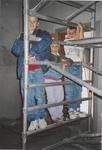 0690-3969 De jeugd is meer geïnteresseerd in het steiger als in de rondleiding tijdens de restauratie.
