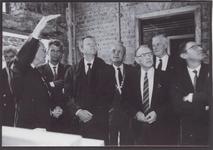 0690-3979 Dhr Berghuijs geeft uitleg over de restauratie aan de Com. v.d. kon. van Gelderland en aan burgem. en ...