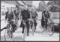 0690-3980 Com v.d. kon. met enkele personen van zijn staf onderweg met burgem. sekretaris van Buren naar Asch.