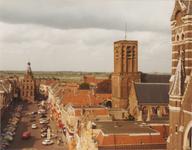 2091 Gezicht op Markt vanaf Binnenpoort Stadhuis en vierkante toren van de NH Grote of St Barbarakerk.