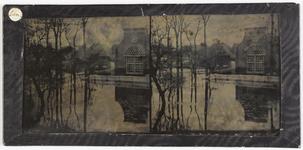 19-1576 Zicht op de openbare lagere school tijdens de 2e watervloed in maart 1861 na de watersnood in januari 1861.
