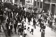 22-8213 Optocht, de heren Mollema (links) en Stuivenberg (rechts) dragen een krans voor een kranslegging op de Algemene ...
