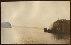 22-8239 Watersnood. Haven, met rechts het woonhuis van de familie Meijer