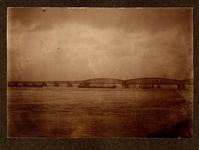 22-8242 Watersnood. Zicht op de spoorbrug
