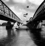 22-9462 Vrachtboot vaart onder Verkeersbrug en spoorbrug door
