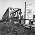 22-9463 Verkeersbrug met monument van de kamers van koophandel van Tiel, Utrecht, Tilburg, 's-Hertogenbosch en ...