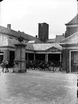 1104267 Vismarkt, met op de achtergrond de gasthuistoren zonder carillon en spits