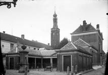 1104279 Vismarkt, met stadspomp en gasthuistoren op de achtergrond