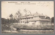 0593 Martha-Stichting, Alphen a. d. Rijn. Centraalgebouw. Op den Voorgrond Badhuis., 1905-1915