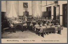 0651 Martha-Stichting; Alphen a. d. Rijn; De Rijnstroomertjes aan tafel, 1910-1920