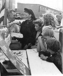 102008 Zuster Veronica bij de haringkar van Piet 't Jood in Utrecht