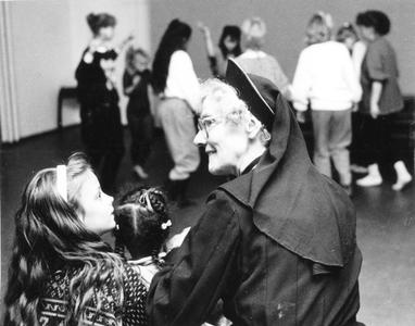 102010 Zuster Clementine met lagere school leerlingen te Utrecht