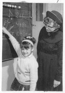 102014 Zuster Guiseppa geeft rekenles aan kinderen in een school Utrecht