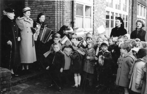 102016 Kinderen brengen een muzikale groet aan een familie te Utrecht
