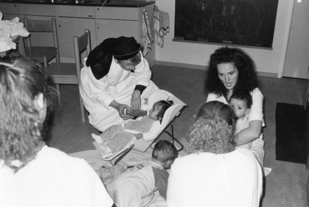 102022 Zuster Philippa verzorgt jonge kinderen te Utrecht