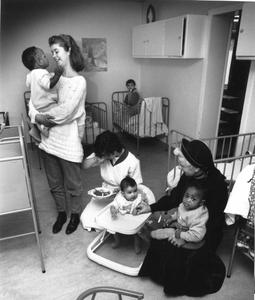 102024 Zuster Henriette aan het werk in de babycrèche te Utrecht