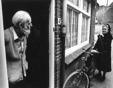 102035 Op wijkbezoek bij ouderen te Utrecht