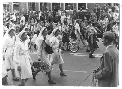 102038 Deelname van de zusters aan de Vierdaagse te Nijmegen