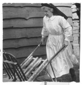 102039 Zuster Jehanne druk in de weer tijdens de bouwwerkzaamheden te Hilversum
