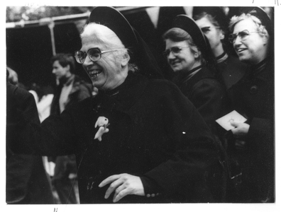 102045 Zusters op de kermis van de Notre Dame de la Paix in Parijs