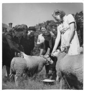 102048 Zuster Jeanne met familie op bezoek bij haar ouders in Terschuur