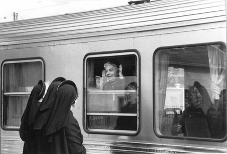 102051 Afscheid op het station van een zuster die naar het huis in Arnouville (Frankrijk) vertrekt