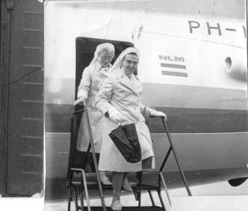 102052 Zusters hebben een vliegreisje aangeboden gekregen van Schiphol naar Maastricht