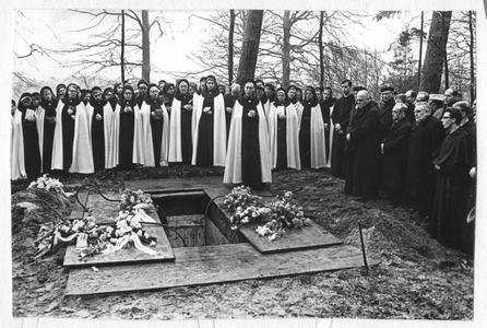 102054 De begrafenis van pater Sebastianus van Nuenen